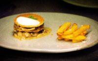 Feuille à feuille de coucou et champignons de printemps façon vol-au-vent, grosses frites au blanc de bœuf
